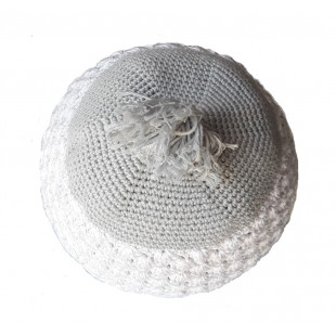 Бело - серая брацлавская вязаная кипа  с кисточкой (узор ракушки) 1