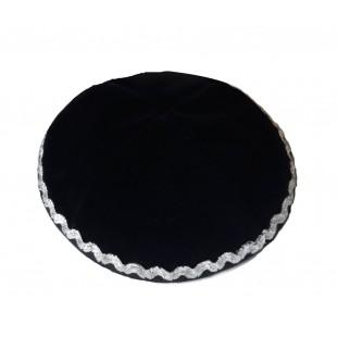 Кипа черная эко-замш с серебряной тесьмой, 14 см